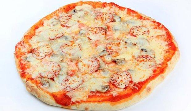Пицца с рыбой, грибами и зеленым горошком