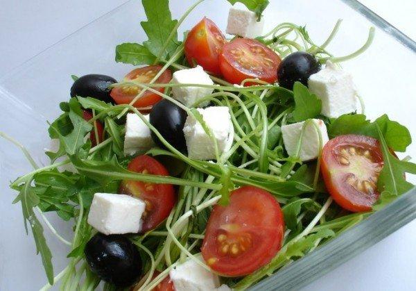 Средневосточный салат с фетой, курицей и помидорами