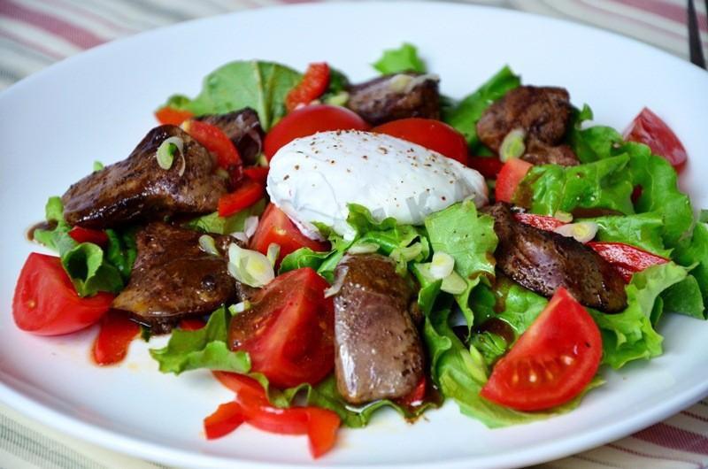Теплый салат с печенью и яйцом пашот (Открытая кухня)