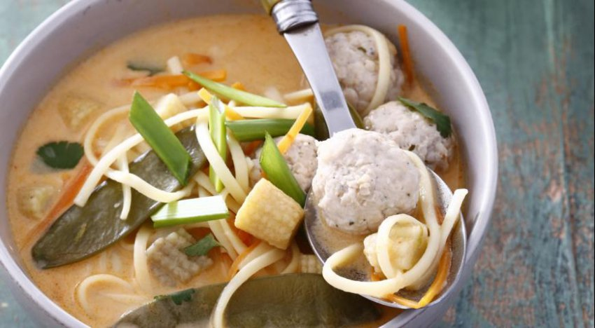 Кокосовый суп с фрикаделькой (Время обедать)