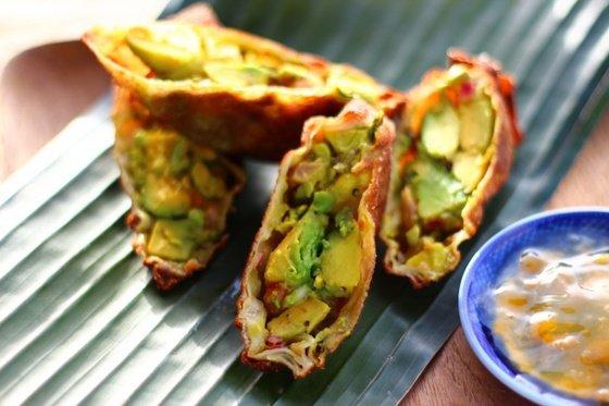 Яичный ролл с авокадо и зеленью — ресторанный рецепт