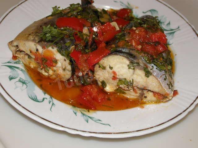 Скумбрия тушеная с овощами на сковороде